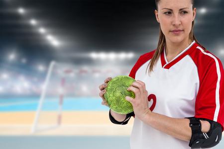 terrain de handball: Sportswoman tenant un ballon contre terrain intérieur de handball