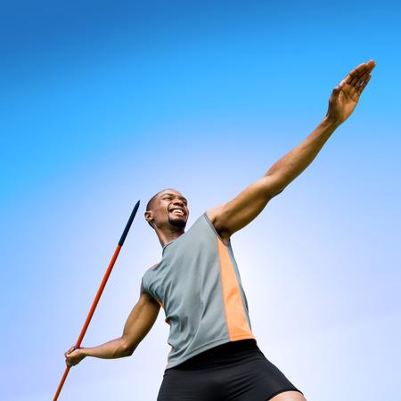 lanzamiento de jabalina: Bajo el �ngulo de jabalina deportista practicando tiro contra el cielo azul