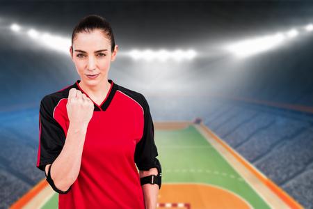 terrain de handball: Athl�te f�minine posant avec coudi�re contre terrain int�rieur de handball