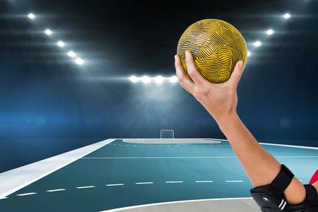 terrain de handball: Athl�te f�minine avec le handball coudi�re tenant contre terrain int�rieur de handball Banque d'images