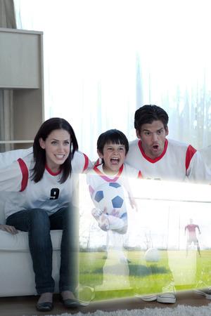 familia animada: Imagen compuesta de la familia animada viendo un partido de fútbol en casa