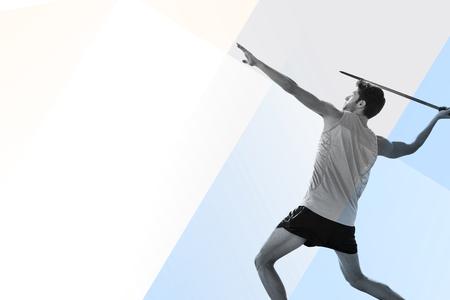 lanzamiento de jabalina: Vista de perfil de deportista practicando lanzamiento de jabalina contra el fondo de color