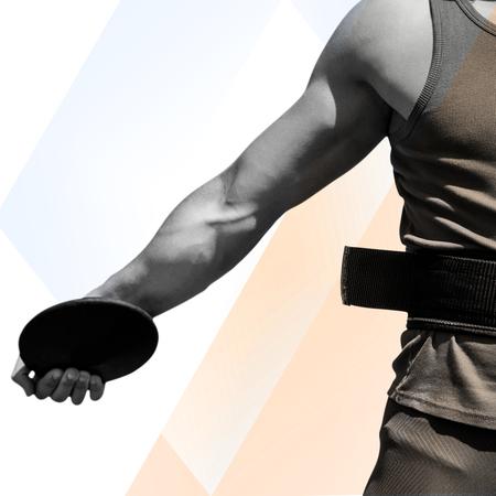 lanzamiento de disco: Ciérrese para arriba en el pecho deportista practicando el lanzamiento de disco contra el fondo de color