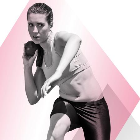 lanzamiento de bala: La deportista practicando el lanzamiento de peso en contra de diferentes colores