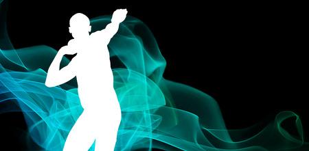 lanzamiento de bala: Vista frontal del deportista practicando lanzamiento de peso contra distinta silueta negro Foto de archivo