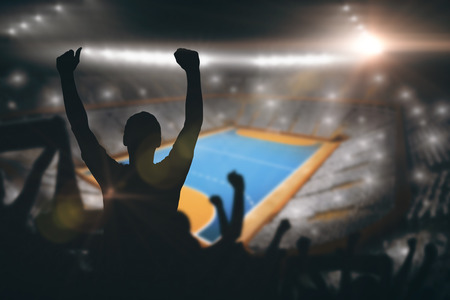terrain de handball: Silhouettes de supporters de football contre terrain intérieur de handball Banque d'images