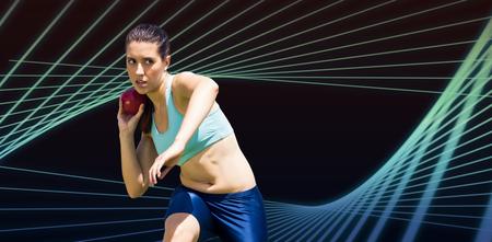 lanzamiento de bala: La deportista practicando el lanzamiento de peso en contra de dise�o angular azul Foto de archivo