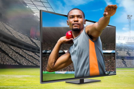 lanzamiento de bala: Vista frontal del deportista practicando lanzamiento de peso en contra de la imagen digital de un estadio