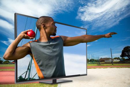 lanzamiento de bala: Vista de perfil de deportista practicando lanzamiento de peso contra el campo deportivo en un día soleado