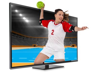 terrain de handball: Sportswoman lancer une balle contre terrain int�rieur de handball Banque d'images
