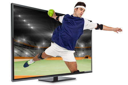 terrain de handball: Sportsman lancer une balle contre terrain intérieur de handball