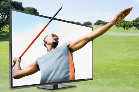 lanzamiento de jabalina: Bajo el ángulo de jabalina deportista practicando tiro contra el cielo azul con nubes Foto de archivo
