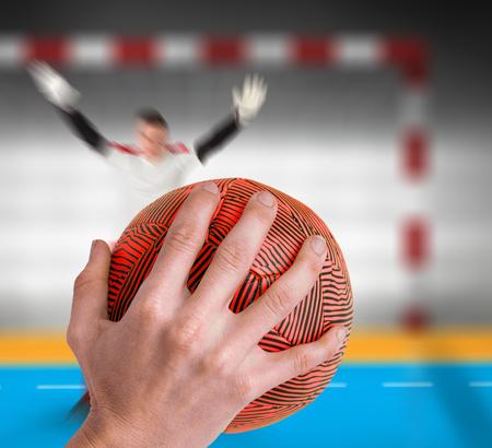 terrain de handball: Sportswoman tenant un ballon contre terrain int�rieur de handball