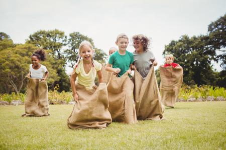 晴れた日に公園で袋のレースを持つ子供 写真素材