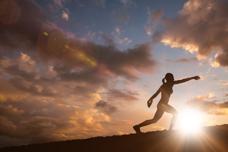 lanzamiento de disco: Vista de perfil de deportista practicando el lanzamiento de disco contra las nubes