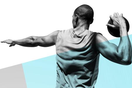 lanzamiento de disco: Vista trasera del deportista practicando el lanzamiento de disco contra el fondo de color