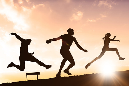 lanzamiento de disco: Deportista que sostiene una pelota de baloncesto contra las nubes