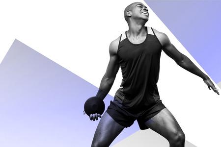 lanzamiento de disco: Vista frontal del deportista practicando el lanzamiento de disco contra el fondo de color