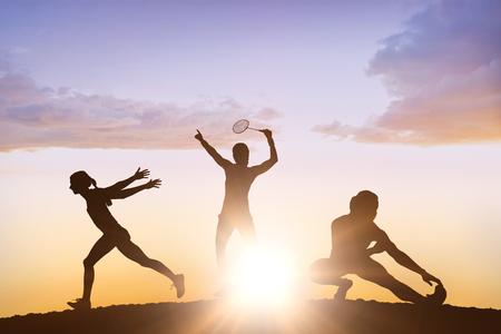 lanzamiento de jabalina: Vista de perfil de deportista está practicando el lanzamiento de jabalina contra las nubes