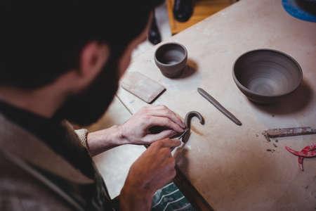 gente adulta: Primer plano de artesano que trabajaba en el taller