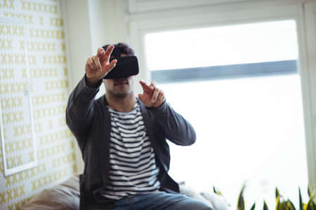 virtual reality simulator: Businessman using virtual reality simulator in creative office LANG_EVOIMAGES