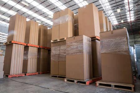 cajas de carton: Interior del almacén con cajas de cartón