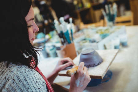 gente adulta: alfarero sexo femenino que trabaja en el taller