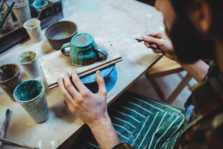 alfarero: alfarero sexo masculino que trabaja en el taller