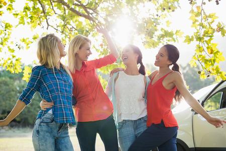 friendliness: Grupo de amigos felices que se divierten en el parque en un día soleado