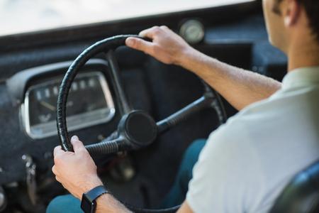 bus driver: Secci�n media del conductor del autob�s que conduce un autob�s