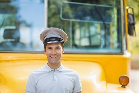 bus driver: Retrato de la sonrisa conductor del autob�s en frente del autob�s