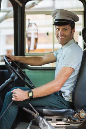 bus driver: Retrato de la sonrisa conductor del autob�s que conduce un autob�s