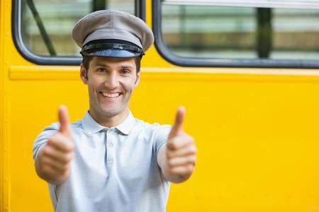 bus driver: Retrato de la sonrisa conductor del autob�s que muestra los pulgares para arriba delante de autob�s