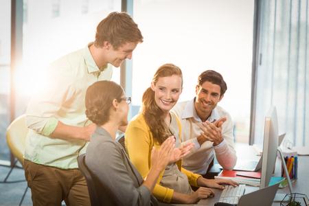 manos aplaudiendo: La gente de negocios aplaudiendo en la reuni�n en la oficina Foto de archivo