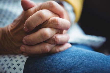 manos unidas: Primer plano de las manos juntas en un jeans Foto de archivo