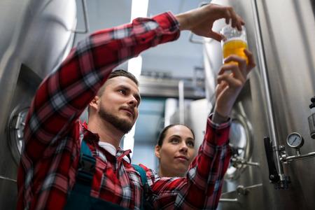 ビール醸造所でビールをテスト