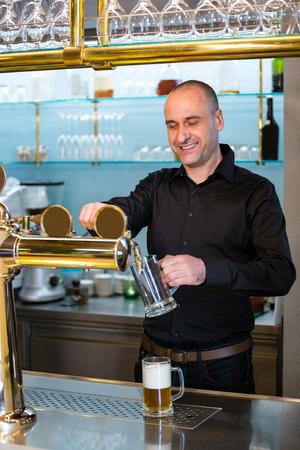 Oferta de la barra de llenado de cerveza de la bomba de barra en barra de bar