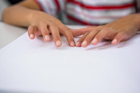 braile: Secci�n media de los ni�os la lectura de libros en braille en el aula
