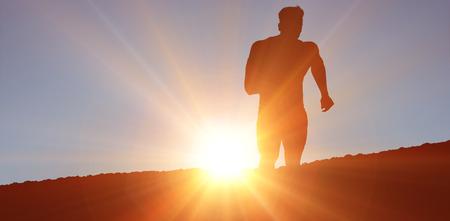 silueta masculina: Hombre que activa el Athletic contra el fondo blanco contra las nubes