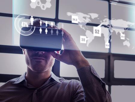 Abstrakte Technologie-Schnittstelle gegen Geschäftsmann Virtual-Reality-Gerät