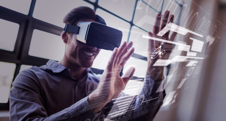 Interface contre homme d'affaires en utilisant un dispositif de réalité virtuelle Banque d'images