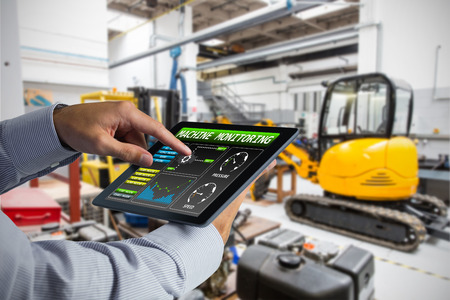 Az ember használta a tablet PC-t ipari berendezések ellen a gyárban Stock fotó