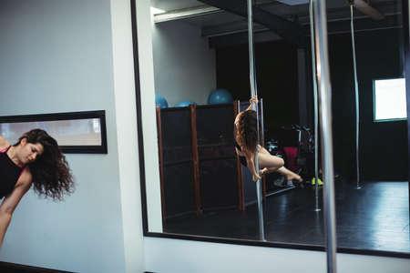 pole dance: Pole ballerino praticare pole dance in palestra