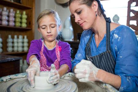 alfarero: chica ayudando alfarero Mujer en taller de cer�mica LANG_EVOIMAGES
