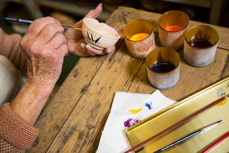 alfarero: pintura Potter en el taz�n de cer�mica en el taller