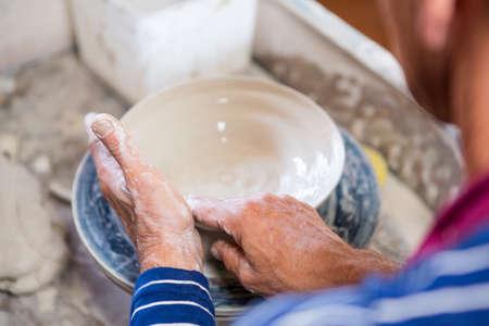 alfarero: Primer plano de pote alfarero haciendo en el taller de cerámica