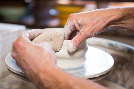 alfarero: Primer plano de alfarero haciendo olla en el taller