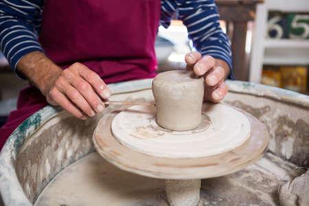 alfarero: La sección media de la olla de alfarero haciendo en el taller de cerámica LANG_EVOIMAGES
