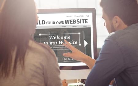 オフィスのデスクで働くグラフィック デザイナーに対してビルド web サイト インターフェイスの合成画像