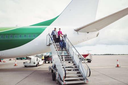 bajando escaleras: Los pasajeros del avión por las escaleras de salida en el aeropuerto LANG_EVOIMAGES